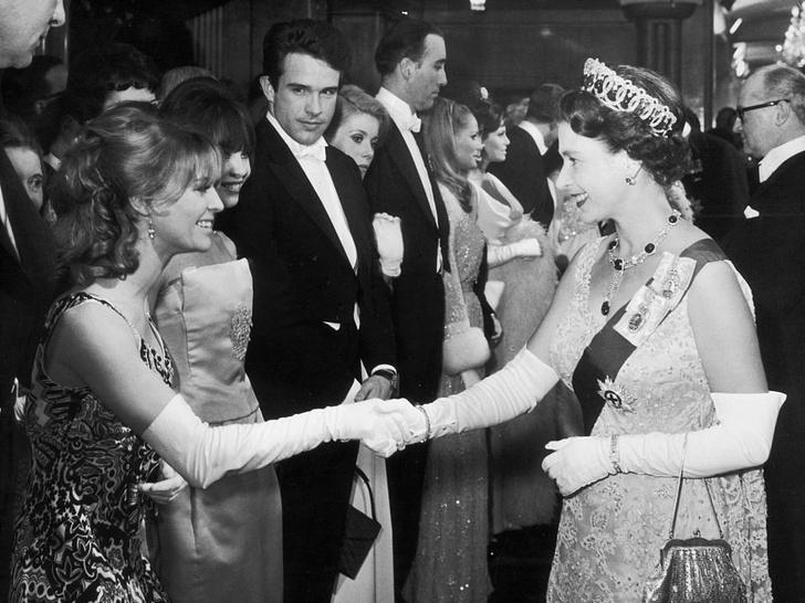 Фото №4 - Как королевские особы одеваются на кинопремьеры: самые роскошные выходы, которые вошли в историю