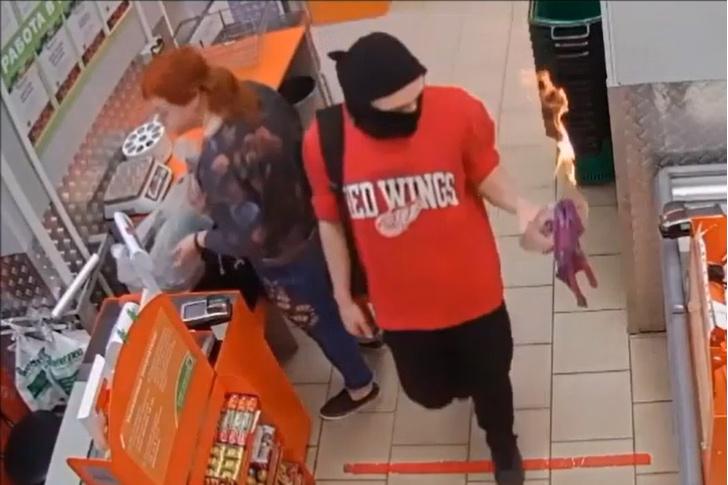 Фото №1 - В Екатеринбурге грабитель пришел в магазин с коктейлем Молотова и украл две бутылки водки (видео)
