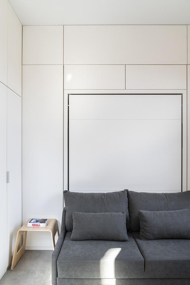 Квартира 18 квадратных метров в Москве. Проект архитектора Марины Пахомовой. Кровать откидывается из стены. Вокруг оборудованы системы хранения.
