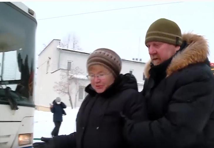 Фото №1 - В Екатеринбурге пенсионерка преградила дорогу автобусу с китайцами, чтобы не пускать в город коронавирус (видео)