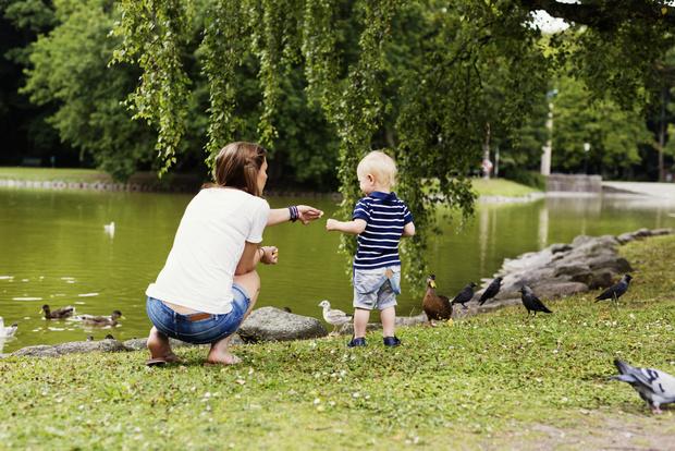 Фото №2 - Пешком полезнее: 5 способов приучить малыша гулять без коляски