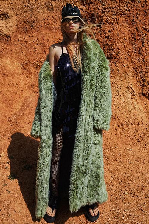 Фото №13 - Цветные шубы, вязаные брюки и венец из перьев: коллекция Attico осень-зима 2021