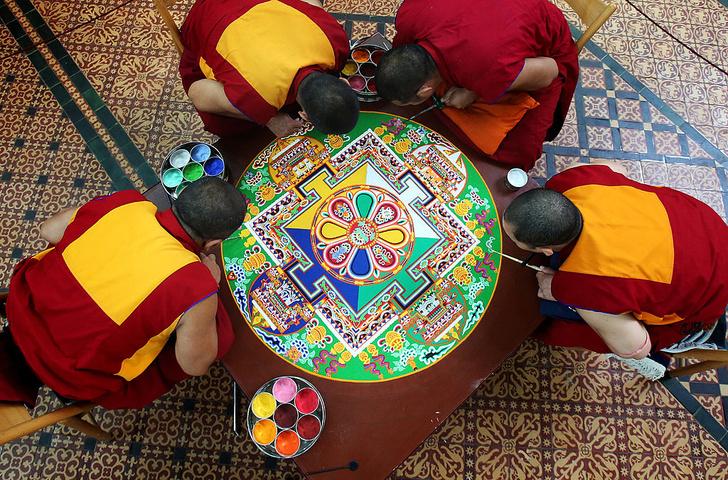 Фото №1 - Тайны дворца просветления: кто, как и зачем создает буддистские мандалы
