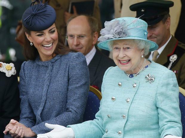 Фото №3 - Знакомство с родителями: как прошли первые выходные Кейт с Королевой
