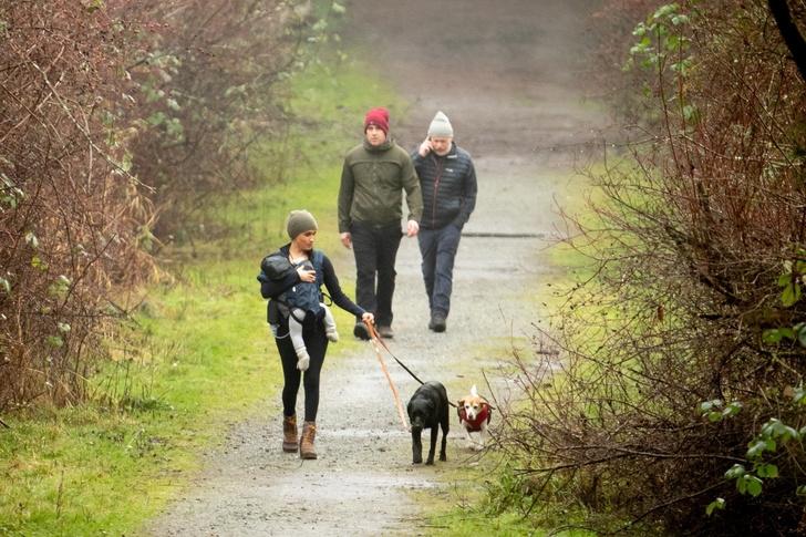 Фото №1 - Маркл гуляет с сыном в трикотажных лосинах и коротенькой курточке
