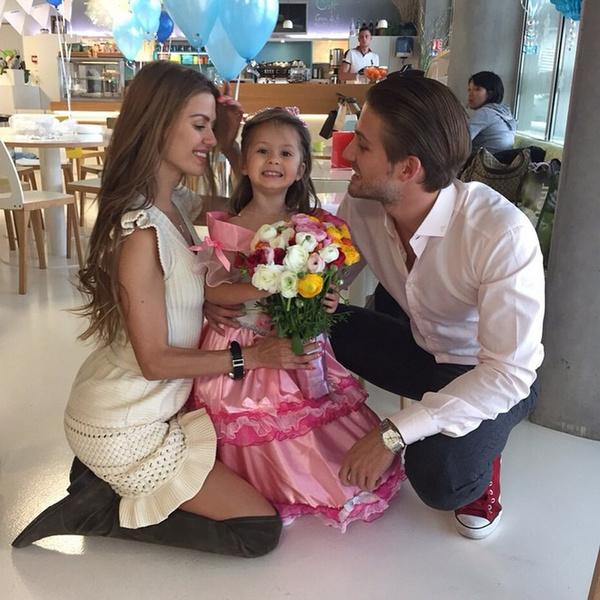 Фото №1 - Без хлеба и конфет: Виктория Боня рассказала, что Алекс Смерфит посадил их 8-летнюю дочь на диету