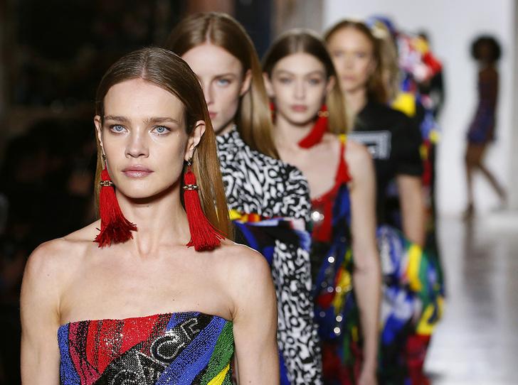 Фото №1 - Парад топ-моделей: Наталья Водянова, Джиджи Хадид, Кайя Гербер и другие на подиуме Versace FW18-19