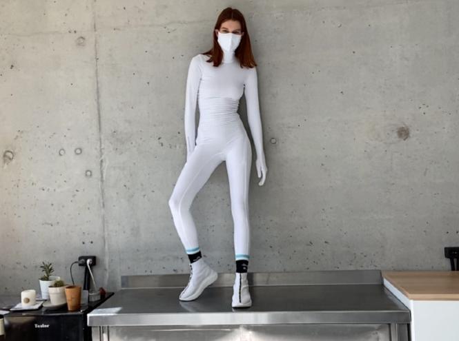 Фото №2 - Под защитой: бренд Monosuit создал комбинезон со встроенными перчатками и маской