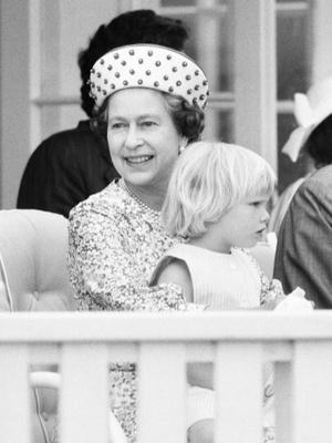 Фото №10 - Самые трогательные фотографии королевских бабушек и дедушек с внуками