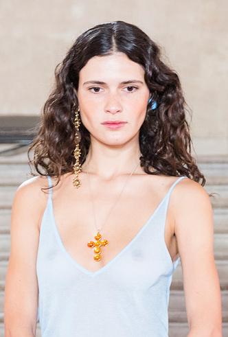 Фото №14 - Серьги с претензией: что такое statement earrings и почему они вам нужны