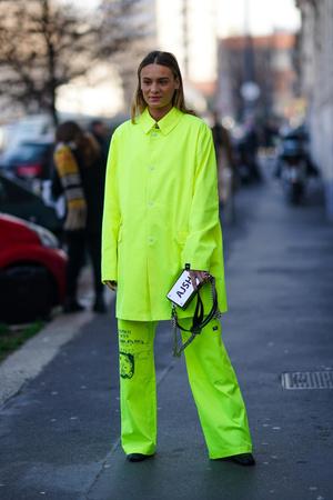 Фото №2 - В офис и на свидание: как носить модные неоновые оттенки