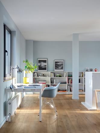 Стул Eames Plastic Chair, дизайн Чарльза и Рэй Имз, Vitra. Настольная лампа, Lampe Gras.