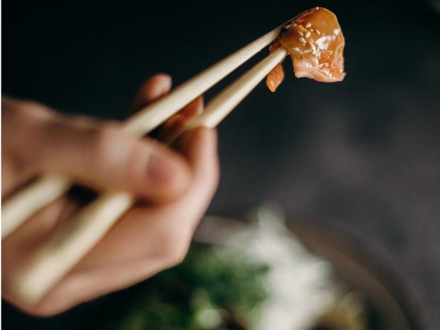 Фото №1 - Как есть палочками: самый полный гид