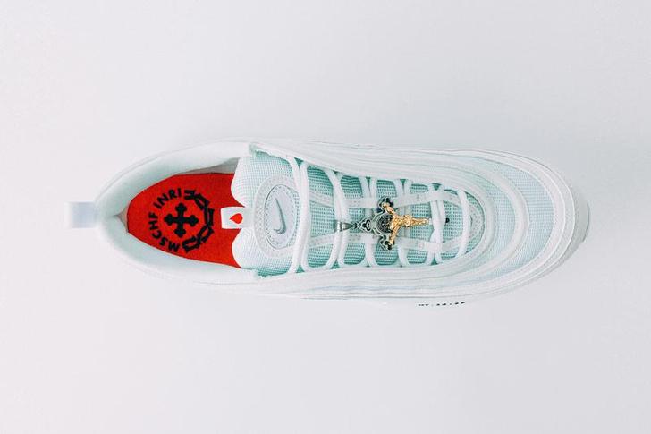 Фото №3 - В Бруклине выпустили «иисусьи кроссовки» с настоящей святой водой в подошвах