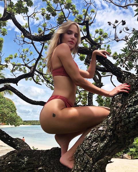 Фото №2 - Глюк'oZа в бикини показала татуировку на ягодицах