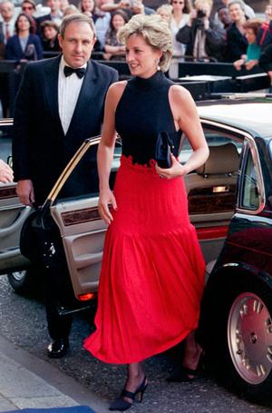 Фото №97 - 70 красных нарядов: как принцесса Диана носила любимый цвет