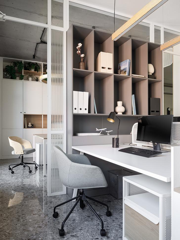 Фото №8 - Жемчужно-серый офис в историческом здании Петербурга