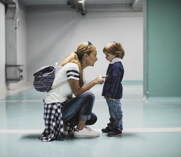 Мальчик задирает девочке юбку