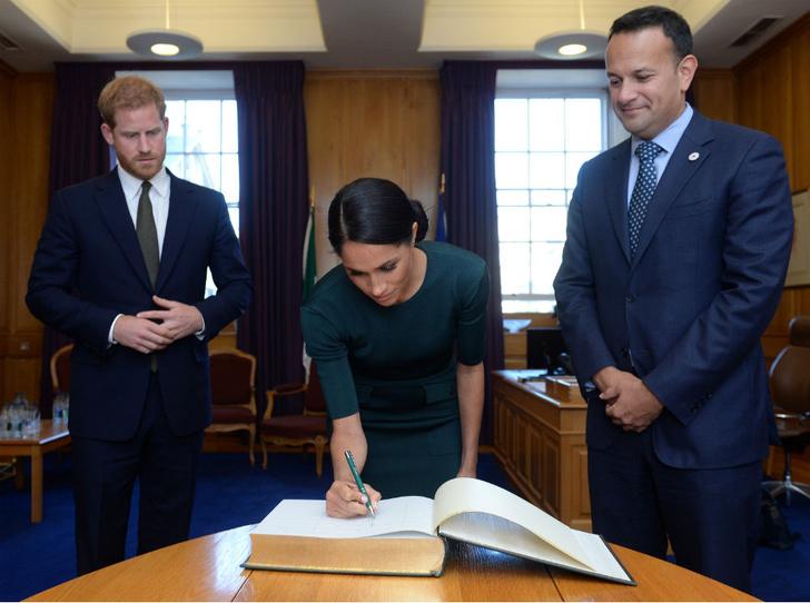 Фото №2 - Провокация или ошибка: почему Гарри и Меган все еще используют королевскую символику