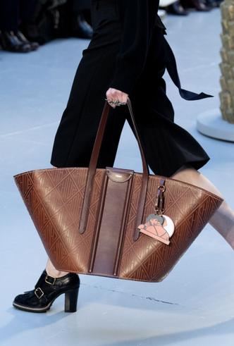 Фото №30 - Самые модные сумки осени и зимы 2020/21