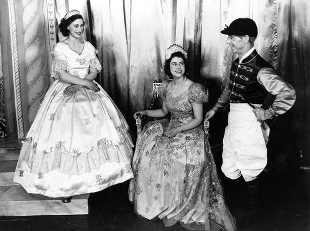 Фото №40 - Рождественский театр Виндзоров: как принцессы Елизавета и Маргарет поднимали боевой дух нации