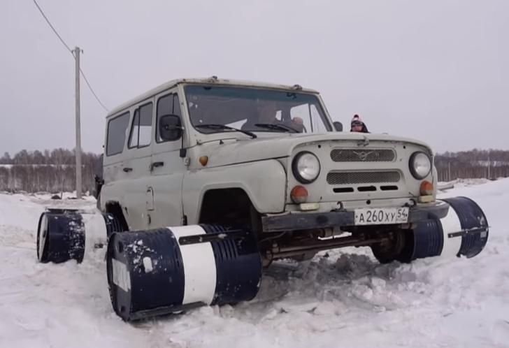 Фото №1 - Русские умельцы приделали УАЗику колеса из 200-литровых бочек и поехали кататься (видео)