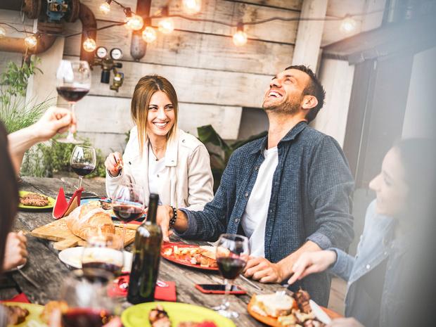 Фото №2 - 10 вредных советов, как встречать гостей (чтобы они больше никогда к вам не пришли)