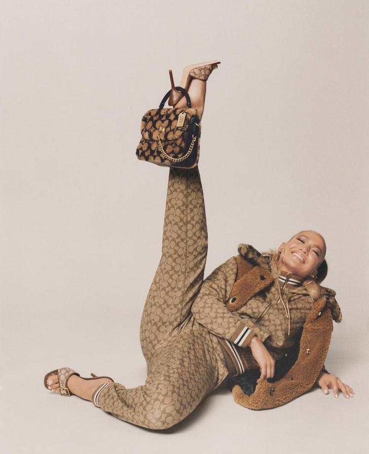 Фото №2 - Очаровательная Дженнифер Лопес в новой рекламной кампании Coach