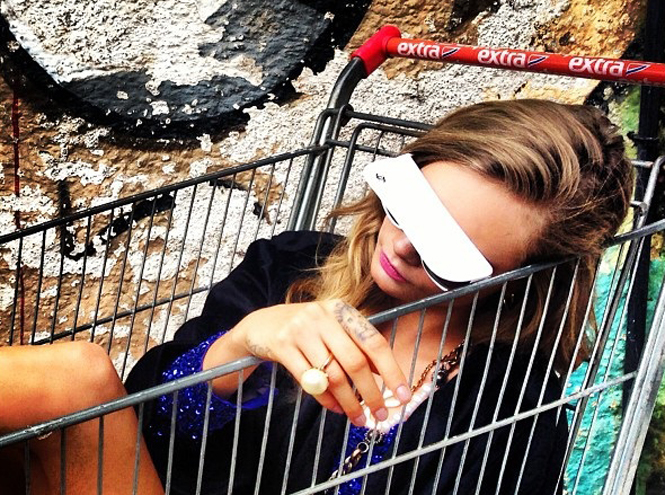 Фото №43 - Фейспалм и губы уточкой: самые смешные фото Кары Делевинь
