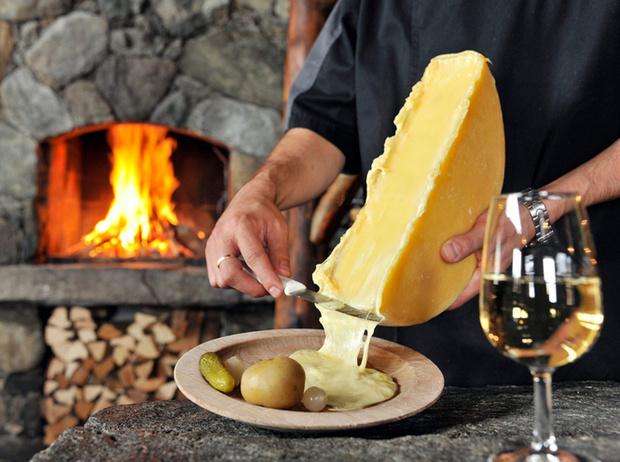 Фото №4 - Сыр раклет: что это такое, где попробовать и чем запивать