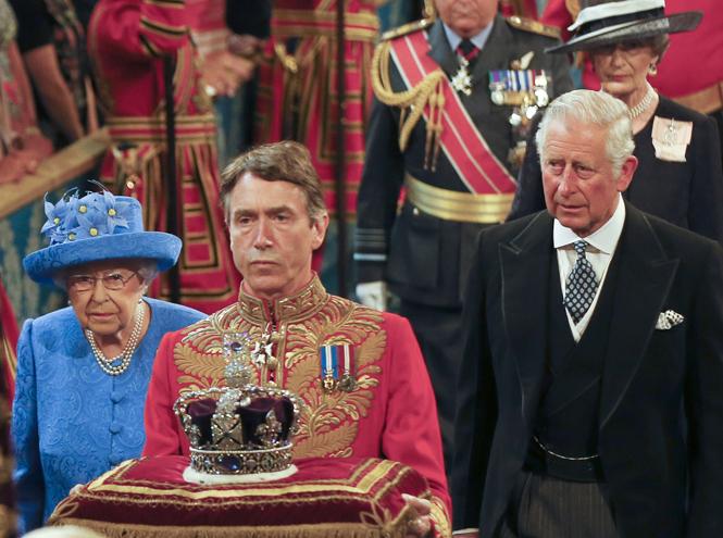 Фото №3 - Елизавета II снова демонстрирует чувство юмора и невозмутимость