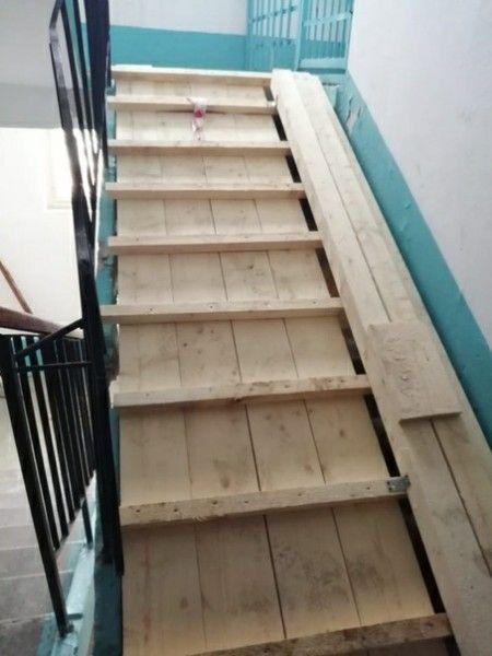 Фото №3 - На Урале во время ремонта лифта случайно сломали два лестничных пролета (фото)