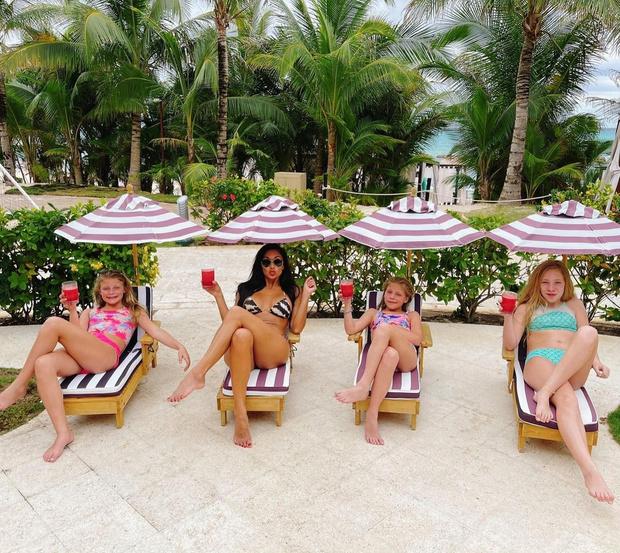 Фото №1 - Девочки, нам пора отдохнуть: Николь Шерзингер показала, как правильно проводить время с пользой