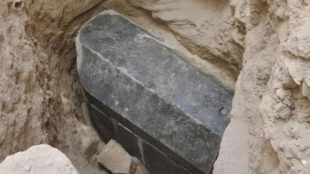 Фото №1 - Археологи вскрыли загадочный черный саркофаг