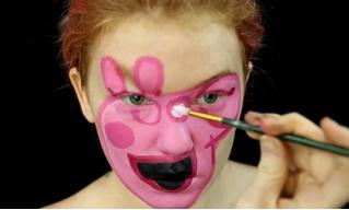 Девушка с помощью макияжа сделала из себя свинку Пеппу (жутковатое фото)