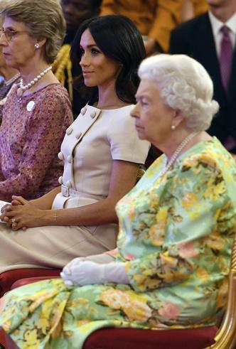 Фото №5 - Меган Маркл и Елизавета II снова вместе вышли на работу