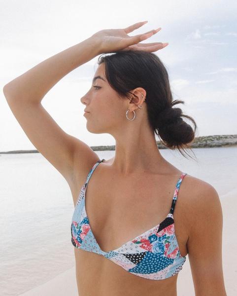 Фото №1 - Чарли Дамелио позирует на пляже в купальнике в стиле пэчворк