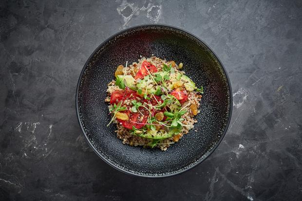 Фото №1 - Вкусно, полезно и без лишних калорий: салат из киноа с томатами