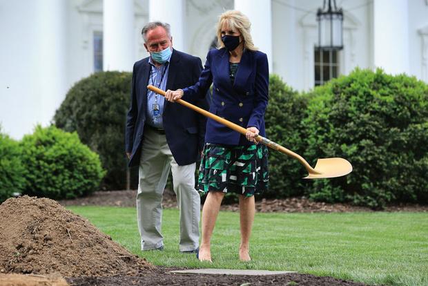 Фото №2 - В лучших традициях Мелании: первая леди Джилл Байден сажает деревья в летящей юбке и на каблуках