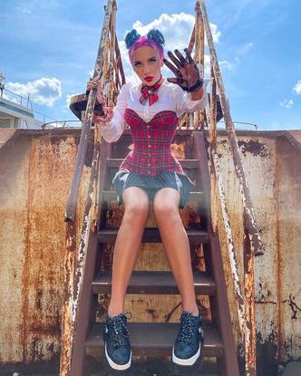 Фото №2 - Миа Бойка показала образ с корсетом в школьном стиле 😱