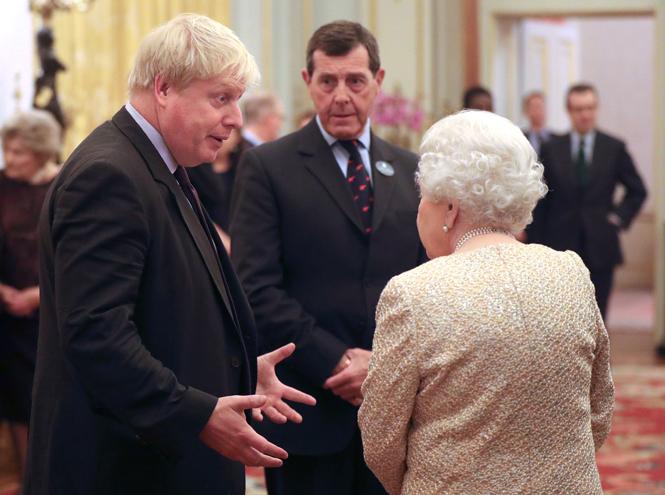 Фото №2 - Елизавета II постепенно отходит от дел, но не теряет чувства юмора