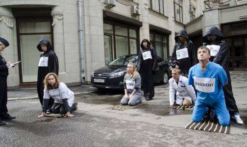 Фото №1 - Пациенты с ВИЧ пришли к администрации президента в образе всадников Апокалипсиса