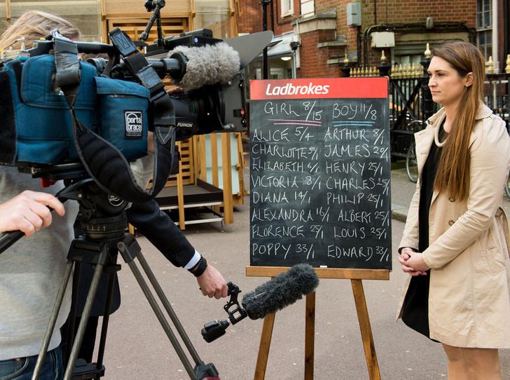 Фото №41 - Самые трогательные моменты трех выписок герцогини Кембриджской из роддома