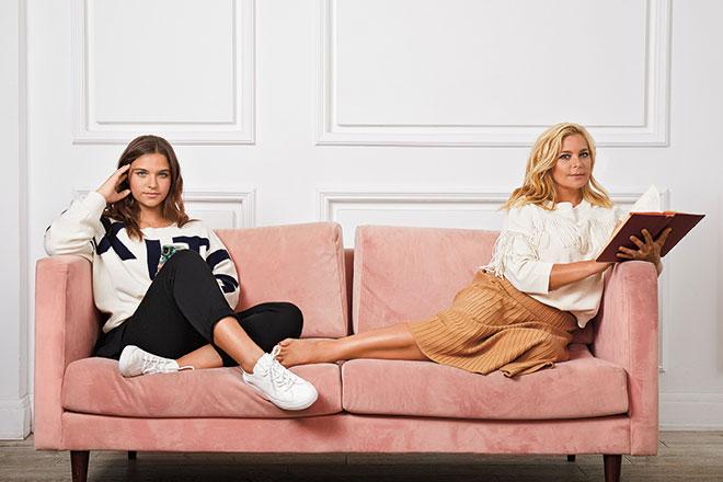 На Ирине: свитер и юбка Cocos. На Татьяне: свитер Max & Co, обувь Zara.