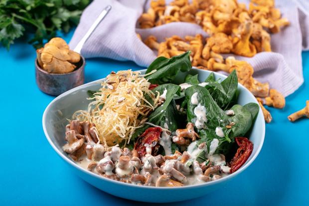Фото №1 - Рецепт дня: теплый салат с лисичками и кремом из горгонзолы