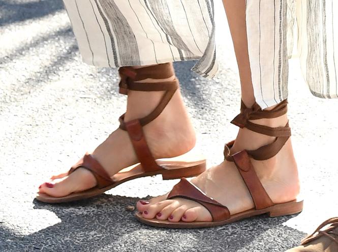 Фото №2 - Чем ноги Меган и Гарри заинтересовали экспертов