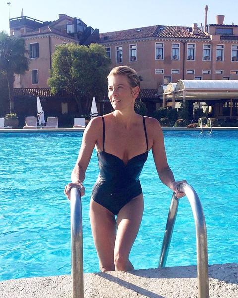 Фото №1 - Юлия Высоцкая надела купальник, который делает талию еще тоньше