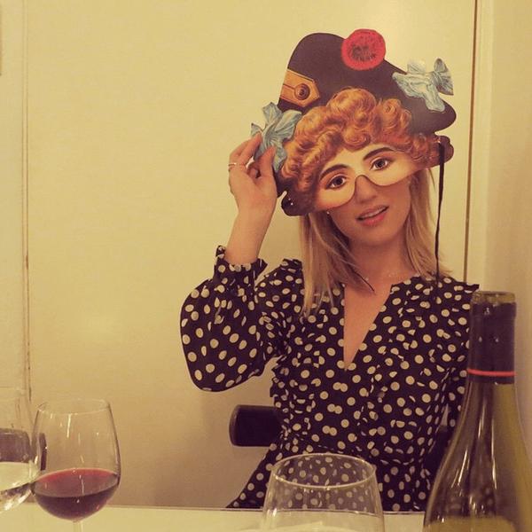 Фото №7 - Звездный Instagram: Знаменитости в забавных париках, масках и костюмах