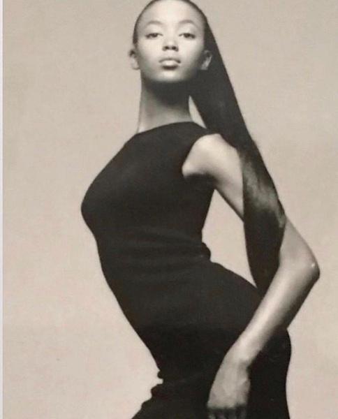 Фото №1 - Дебют Черной пантеры: в день 50-летия Наоми Кэмпбелл показала свои первые модельные пробы