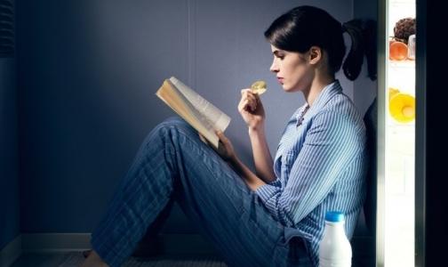 Фото №1 - Диетолог рассказала, почему есть на ночь — не вредно
